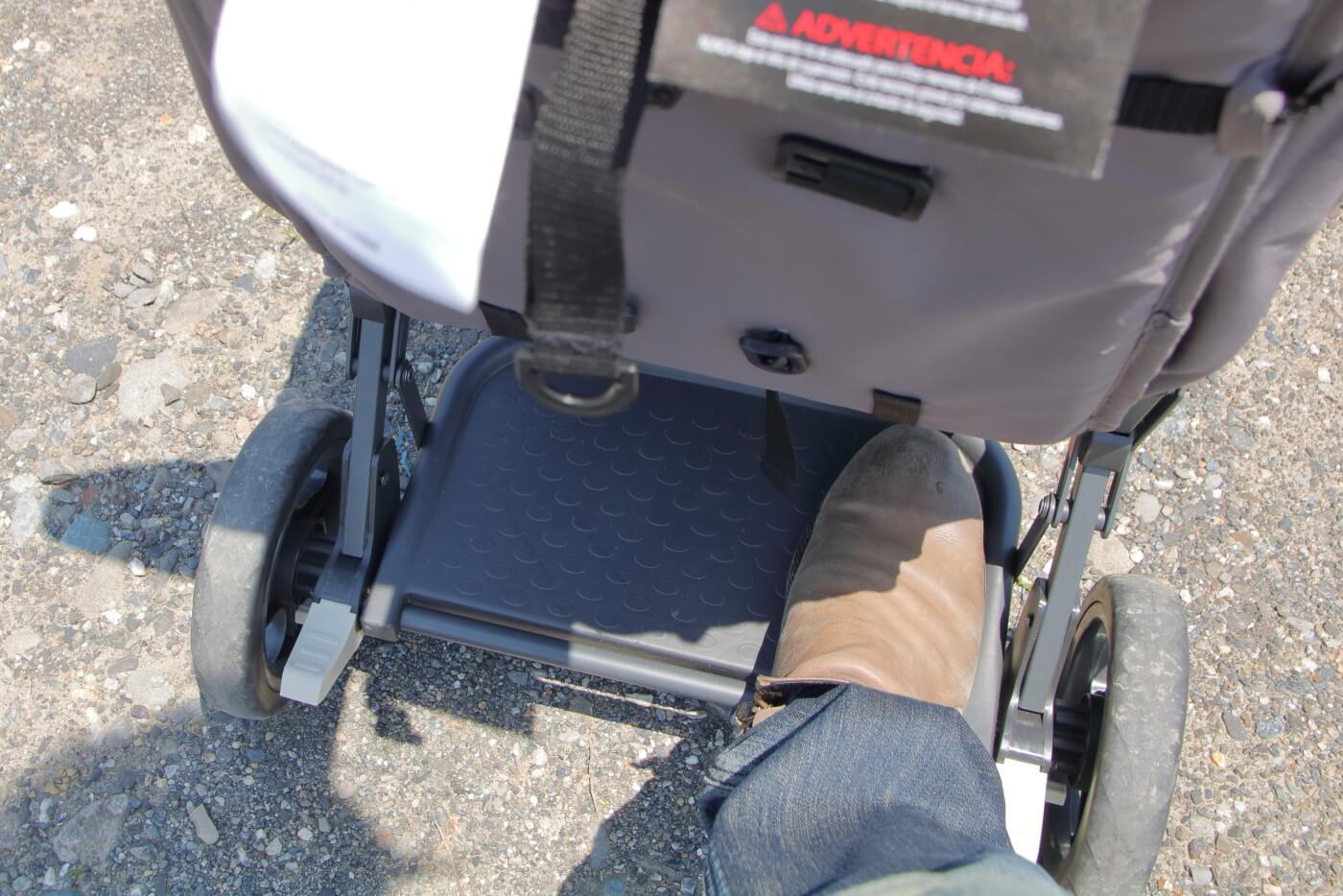 ジュービーカブース・ウルトラライト・グラファイト 後部のステップに足を置いた状態